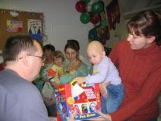 Karácsonyi ajándékok átadása a DE OEC Gyermekgyógyászati Intézet gyermekhematológiáján