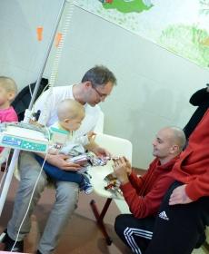 Beteg gyermekeket látogatott meg a Loki -  fotók! 14