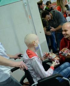 Beteg gyermekeket látogatott meg a Loki -  fotók! 6