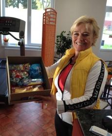 Varga Zsuzsa az Anzsuág egyik alapító tagja kolléganőjének a gondosan elkészített csomagját hozta el. Köszönet Cetler Gertrúdnak!
